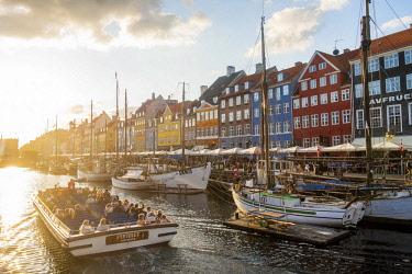 HMS3157201 Denmark, Zealand, Copenhagen, Nyhavn (new harbour), colourful facades of the Nyhavn wharf
