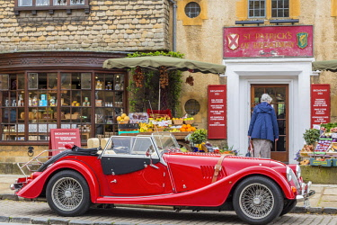HMS1969873 United Kingdom, Worcestershire, Cotswold district, Cotswolds region, Broadway Deli deli front of a convertible car with the British automaker Morgan