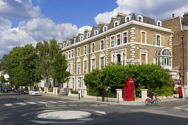 HMS2672537 United Kingdom, London, Maida Vale district, Formosa Street, crossroad, beautiful houses, jogger, cyclist on elf-service bicycle, red telephone box