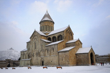 HMS2141973 Georgia, Caucasus, Kartli, Mtskheta (ancient capital) listed as World Heritage by UNESCO, the christian orthodox cathedral of Svetitskhoveli covered with snow and Jvari monastery far on the hill