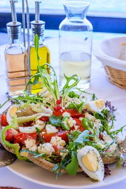 HMS3111322 Greece, Eastern Crete, Lassithi district, Agios Nikolaos, the restaurant Ofou To Lo, cretan salad