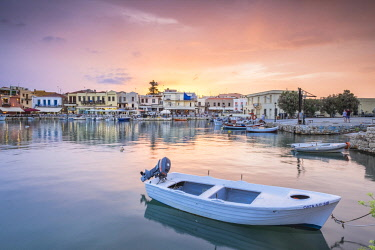 HMS2868537 Greece, Crete, Rethymnon, old town, the old venitian harbour at dusk