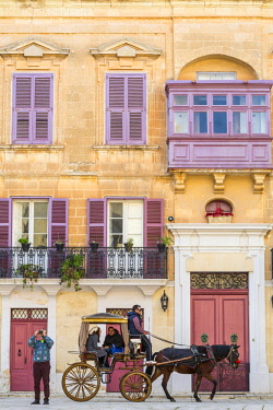 HMS2100384 Malta, Mdina (Città Notabile), Place Saint-Paul, horse-drawn carriage for tourists in front of a house in the 18th century