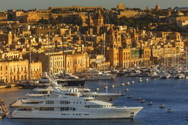 HMS2190121 Malta, Birgu, Vittoriosa, general view of a yacht marina and a Mediterranean city at sunset