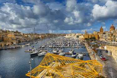 HMS2190136 Malta, Birgu, Vittoriosa, general view of a yacht marina and a Mediterranean city at sunset
