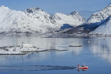 HMS2433313 Norway, Nordland, Lofoten archipelago, Austvagoya island, Sildpollnes church and Austnesfjord