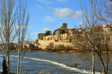 SPA7469AW The Douro river and the Cathedral of Zamora. Castilla y Leon, Spain