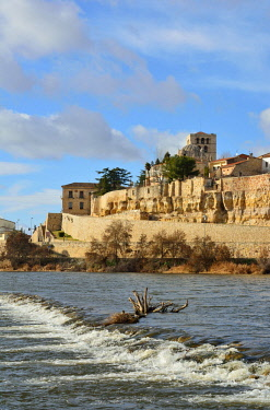 SPA7470AW The Douro river and the Cathedral of Zamora. Castilla y Leon, Spain
