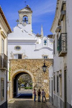 HMS2563040 Portugal, Algarve region, Faro, old town, Arco da Vila, 19th century neoclassic arch Arco da Vila, 19th century neoclassic arch