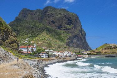 HMS2007307 Portugal, Madeira island, hike from Machico to Porto da Cruz, arrival in Porto da Cruz at the bottom of the Eagle's Rock (Penha d'Aguia)