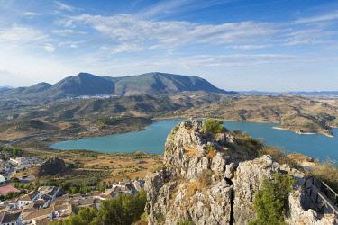 HMS2451655 Spain, Andalucia, Cadix province, Zahara de la Sierra, Sierra de Grazalema Natural Parc, Zahara El Gastor lake and village on a promontory