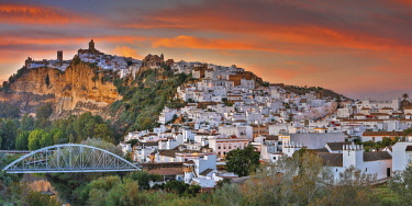 HMS2610916 Spain, Andalusia, Cadix, Arcos de la Frontera, overwhelming views of the town