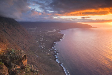 HMS2433813 Spain, Canary Islands, El Hierro island declared a Biosphere Reserve by UNESCO, La Pena viewpoint, panorama over the west coast and the agricultural plain of El Golfo