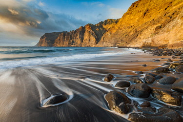 HMS2854844 Spain, Canary Islands, Tenerife, the beach and cliffs of Los Gigantes