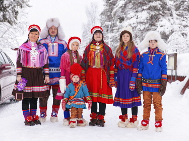 HMS3157168 Sweden, Lapland, region listed as World Heritage by UNESCO, Norrbotten County, Sami in traditional costume at the Sami market since the 17th century in Jokkmokk