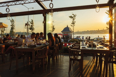 HMS2611919 Turkey, Istanbul, Uskudar, terrace of restaurant in front of Bosphorus