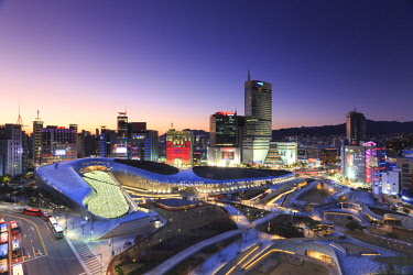KR01334 South Korea, Seoul, Dongdaemun Plaza and City Skyline