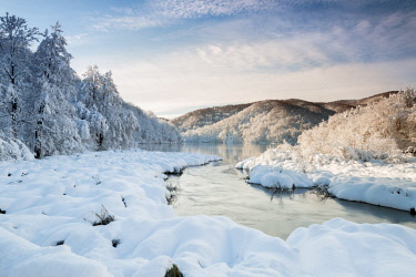 CLKGA76985 River and forests of Plitvice Lakes National Park in winter, Plitvicka Jezera, Lika and  Senj County, Croatia