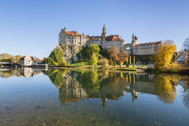 CLKFV78452 Sigmaringen castle reflects itself on the Danube river. Sigmaringen, Baden-Württemberg, Germany.