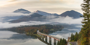 CLKFV78388 Sylvenstein Lake and bridge surrounded by the morning mist. Bad Tölz-Wolfratshausen district, Bavaria, Germany.