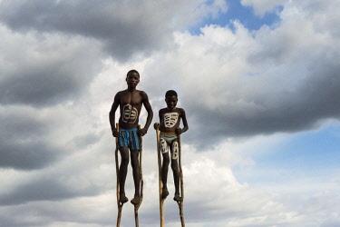 AF16KSU0291 Ari tribe people in traditional clothing standing on stilts, Jinka, South Omo, Ethiopia