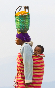 AF35KSU0036 Woman carrying basket on head, Rwanda