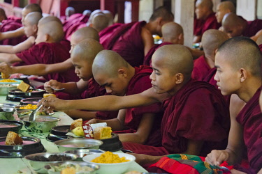 AS06KSU0579 Monks eating a meal at Mahagandayon Monastery, Amarapura, Mandalay, Myanmar