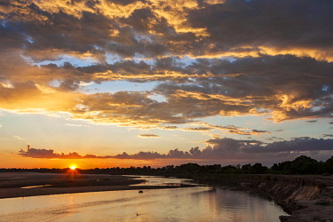 ZAM8093AW Zambia, South Luangwa National Park, Mfuwe. Sunset over the Luangwa River not far from Mfuwe Lodge.