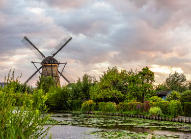 NLD0576AWRF Windmill in Kinderdijk at sunset, UNESCO World Heritage Site, South Holland, The Netherlands