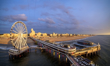 NLD0643AW Pier and Ferris Wheel in Scheveningen at sunset, elevated view, The Hague, South Holland, The Netherlands