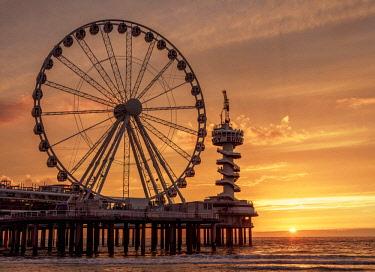 NLD0651AW Pier and Ferris Wheel in Scheveningen, sunset, The Hague, South Holland, The Netherlands
