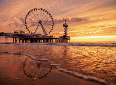 NLD0654AW Pier and Ferris Wheel in Scheveningen, sunset, The Hague, South Holland, The Netherlands