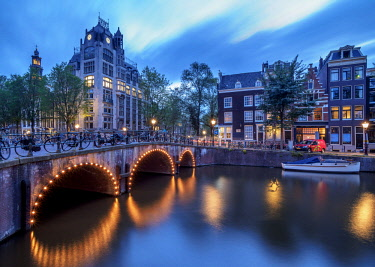 NLD0660AW Leliegracht Bridge over Keizersgracht Canal at dusk, Amsterdam, North Holland, The Netherlands