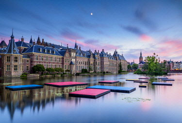 NLD0662AW Hofvijver and Binnenhof at sunset, The Hague, South Holland, The Netherlands
