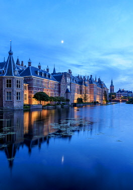 NLD0665AW Hofvijver and Binnenhof at twilight, The Hague, South Holland, The Netherlands