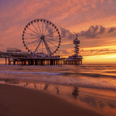 NLD0670AW Pier and Ferris Wheel in Scheveningen, sunset, The Hague, South Holland, The Netherlands