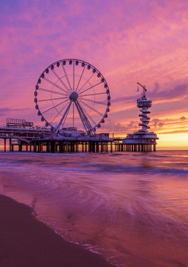 NLD0671AW Pier and Ferris Wheel in Scheveningen, sunset, The Hague, South Holland, The Netherlands