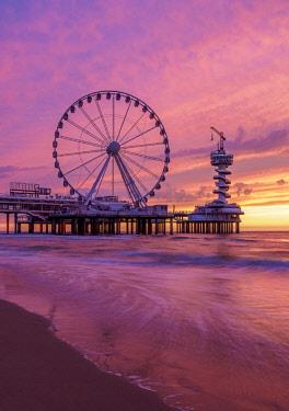 NLD0671AW Pier and Ferris Wheel in Scheveningen, sunset, The Hague, South Holland, The Netherlands