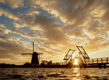 NLD0716AW Windmill in Kinderdijk at sunset, UNESCO World Heritage Site, South Holland, The Netherlands