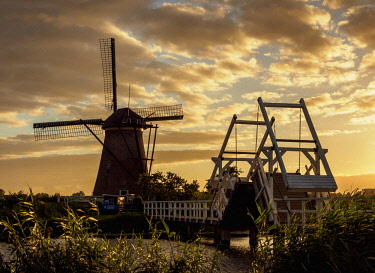 NLD0719AW Windmill in Kinderdijk at sunset, UNESCO World Heritage Site, South Holland, The Netherlands