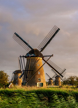 NLD0721AW Windmills in Kinderdijk at sunset, UNESCO World Heritage Site, South Holland, The Netherlands