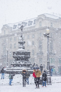 UK11384 UK, England, London, The West End, Piccadilly Circus, snow storm
