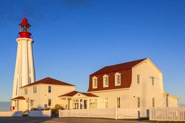 CA04224 Canada, Quebec, Bas-Saint-Laurent Region, Rimouski, Pointe au Pere Lighthouse, dawn