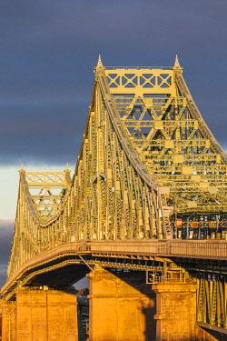 CA04289 Canada, Quebec, Montreal, Jacques Cartier Bridge, dawn
