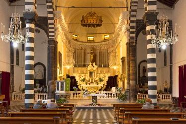 EU16BJN0671 Interior of Chiesa di San Giovanni (b. 1244-1307), Monterosso al Mare, Liguria, Italy