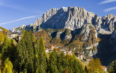 EU16MZW0992 Mount Civetta is one of the icons of the Dolomites. In the foreground villages of San Tomaso Agordino. The Dolomites of the Veneto are part of the UNESCO World Heritage Site, Italy