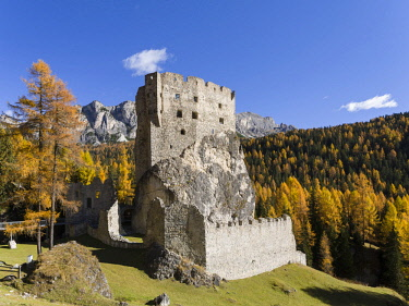 EU16MZW1029 Andraz Castle (also called Buchenstein or Andrac) near Passo Falzarego in the Dolomites of the Veneto. Part of the UNESCO World Heritage Site, Italy