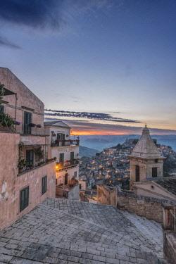 EU16RTI0465 Italy, Sicily, Ragusa, Looking down on Ragusa Ibla at sunrise