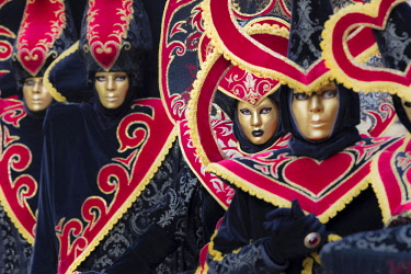 ITA12016AW Heart-shaped costumes at the Venice Carnival, Venice, Italy