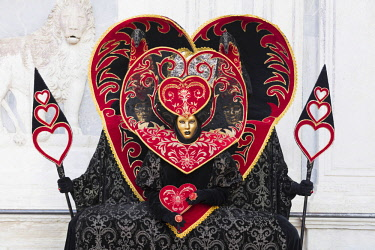 ITA12018AW Heart-shaped costumes at the Venice Carnival, Venice, Italy